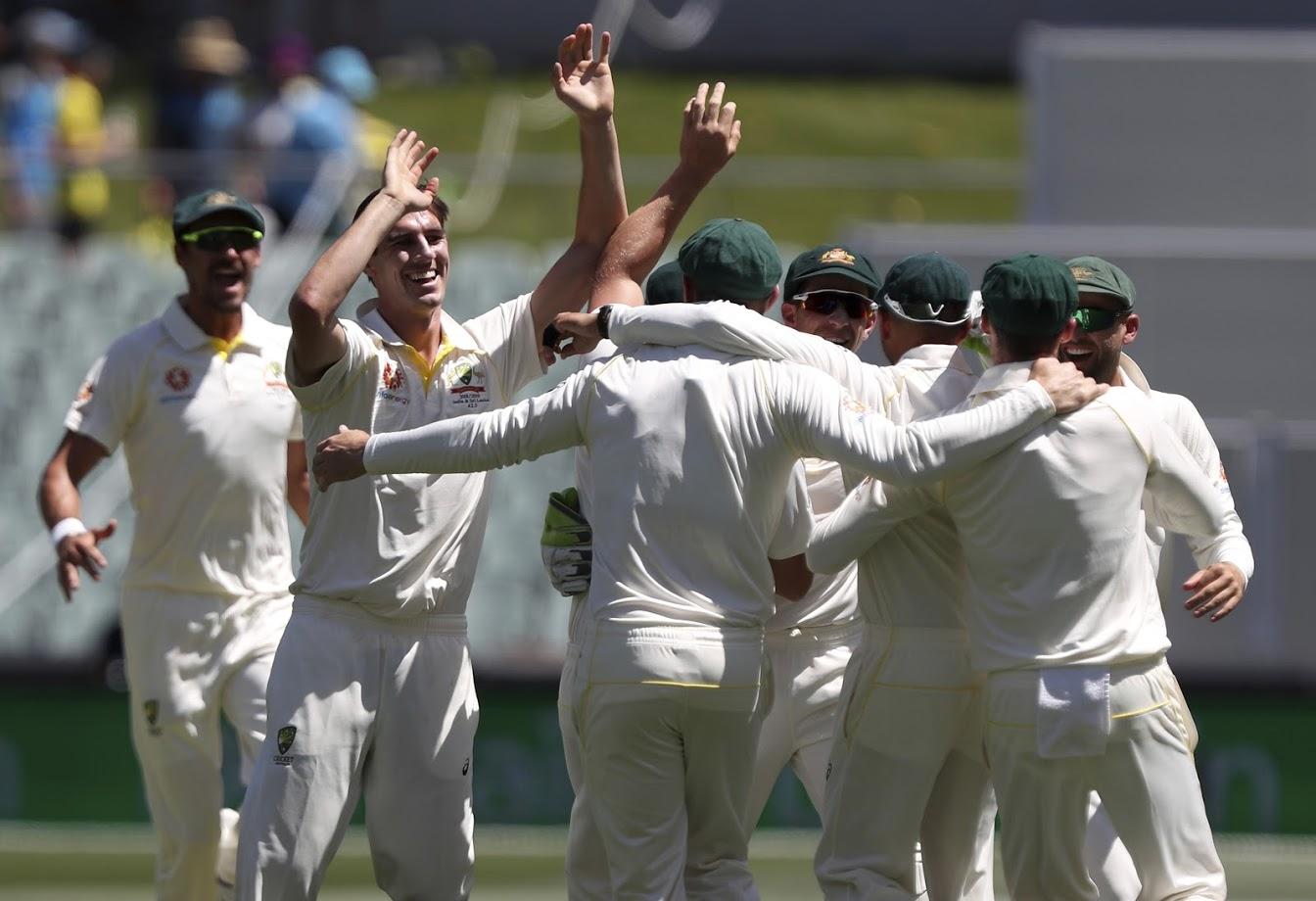 ऑस्ट्रेलियाचे स्टार खेळाडू स्टीव्ह स्मिथ आणि डेविड वॉर्नर बॉल टँपरिंगमुळे बॅन करण्यात आले आहे. या दोघांशिवाय ऑस्ट्रेलियाचे खेळआडू एडिलेडमध्ये खेळायला उतरले.