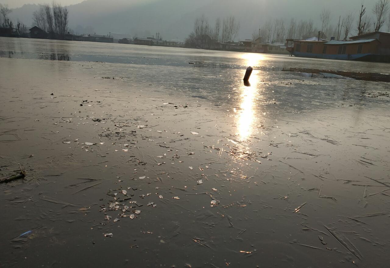गुलमर्ग येथील तलावांमध्ये पाण्याऐवजी बर्फाची लहर आला आहे. त्यामुळे तलावातील सर्व कचरा गोठला आहे.