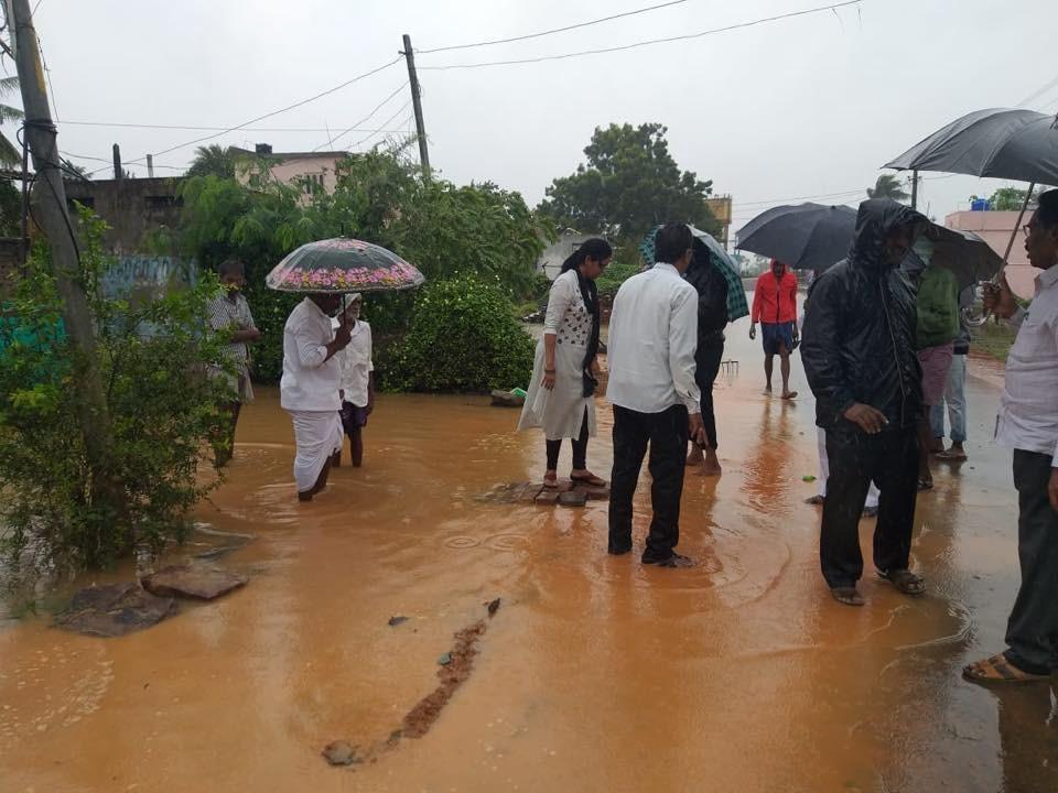 बाहेर सोसाट्याचा वारा तर घरात भरलं पाणी, आंध्र प्रदेशमध्ये 'फेथाई'चं थैमान