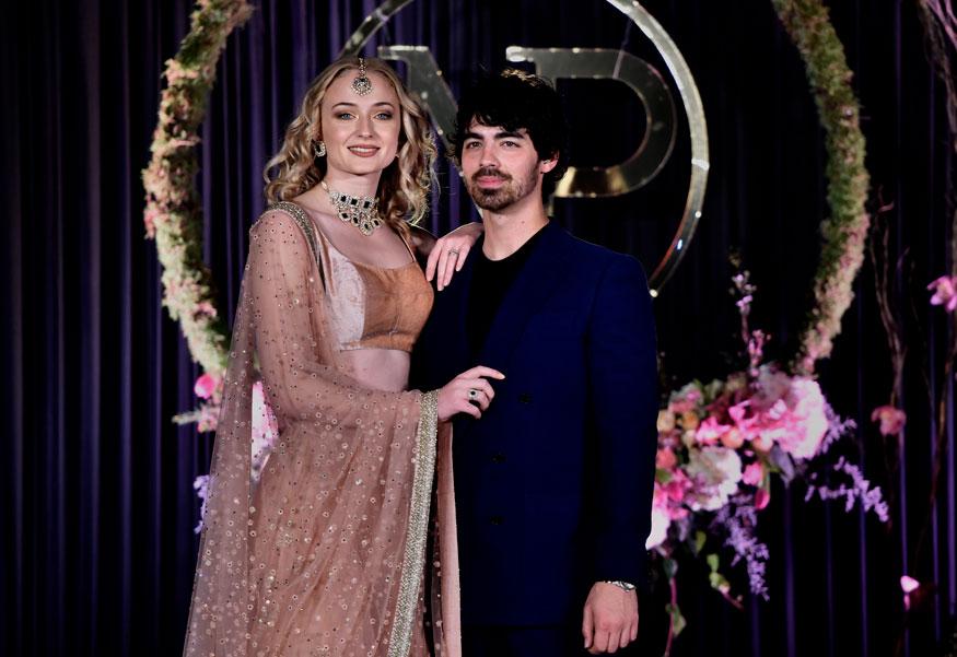 निकचा भाऊ जो जोनास आणि त्याची गर्लफ्रेंड इंग्लिश अभिनेत्री सोफी टर्नर जोधपूरपासून प्रियांका- निकच्या बरोबर होते.