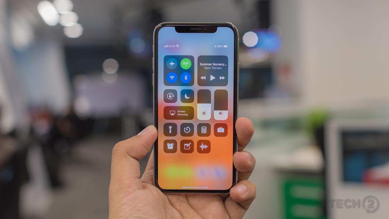 Apple iPhone X वर डिस्काऊंट- अॅमेझॉनवरुन जर तुम्ही 'डिल्स ऑफ द डे' सेलमध्ये Apple iPhone X विकत घेत आहात तर तुम्हाला हा फोन फक्त ७९, ९९० रुपयांमध्ये मिळू शकतो. हा फोन बाजारात ९१, ९०० रुपयांना उपलब्ध आहे. याशिवाय तुम्ही तुमचा जुना फोन एक्सचेंज करुन त्या किंमतीचा फायदा उचलत Apple iPhone X फोन फक्त ६३, ९९० रुपयांमध्ये मिळवू शकता. एवढंच नाही तर हा फोन प्रत्येक महिन्यात ३, ७६६ रुपयांच्या EMI ने खरेदी करू शकता.