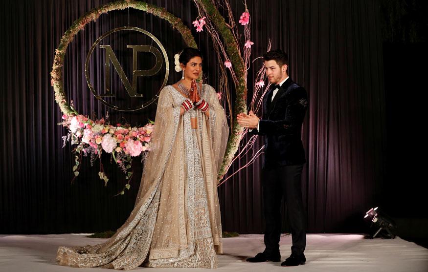 निक जोनास त्याच्या कुटुंबीयांसह आणि मित्रमंडळींसह भारतीय लग्नसोहळा एंजॉय करताना दिसतोय.