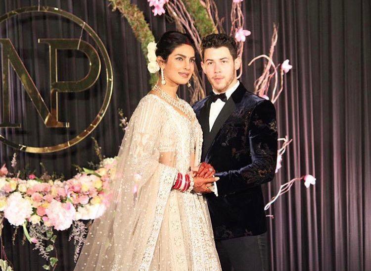 निक आणि प्रियांकाचं राजस्थानमधल्या जोधपूरमध्ये हिंदू आणि ख्रिश्चन पद्धतीने लग्न झालं होतं. त्यानंतर मुंबईतही बॉलीवूडमधली मंडळी आणि मित्रांसाठी खास पार्टीही ठेवण्यात आली होती.