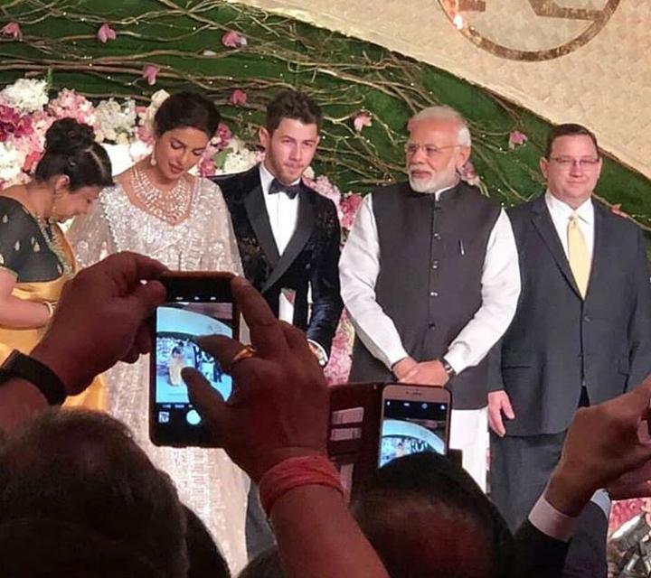 प्रियांका आणि निकच्या दिल्लीतल्या रिसेप्शनमध्ये सर्वांच आकर्षण होतं ते पंतप्रधान नरेंद्र मोदी. मोदी कार्यक्रमस्थळी आल्यानंतर थेट स्टेजवर गेले आणि त्यांनी दोघांनाही भावी आयुष्यासाठी शुभेच्छा दिल्या आणि त्यांच्याशी हास्यविनोदही केला.