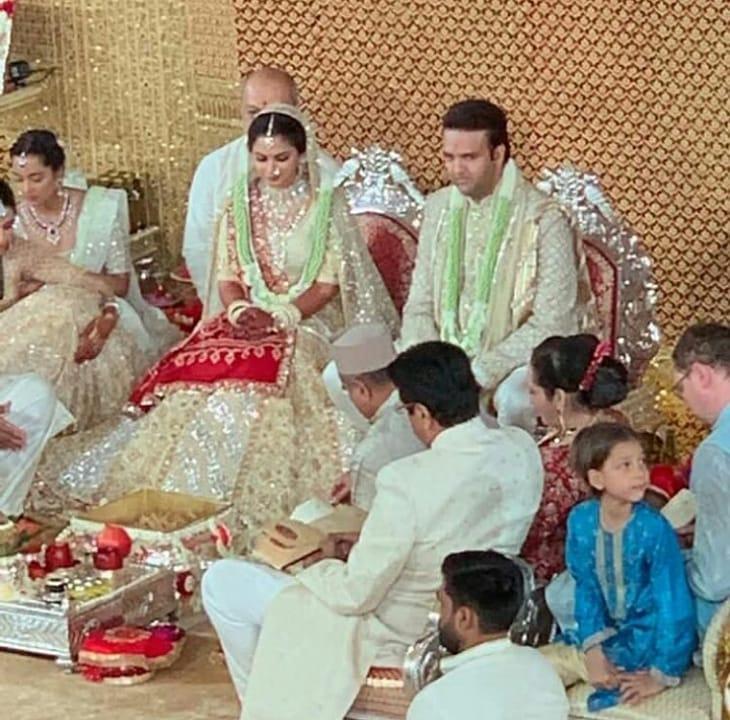 सेलेब्रिटी आणि नातेवाईकांच्या गोतावळ्यात पारंपरिक पद्धतीने हा विवाह सोहळा झाला. ईशा लग्नासाठी कुठली साडी नेसणार याबाबत उत्सुकता होती.