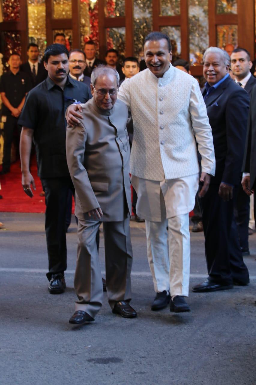 भारताचे माजी राष्ट्रपती प्रणब मुखर्जी देखील लग्नाला उपस्थित होते. त्यांचं स्वागत मुकेश यांचा धाकटा भाऊ अनिल अंबानी यांनी केलं.