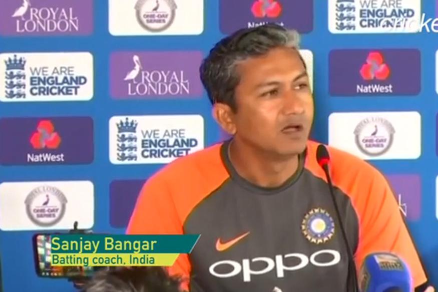 संजय बांगर- हे नाव वाचून तुम्हाला कदाचित आश्चर्य वाटेल पण हे खरंय. रमाकांत आचरेकर यांनी संजयलाही क्रिकेटचं प्रशिक्षण दिलंय. २०१४ पासून संजय भारतीय क्रिकेट संघाचा प्रशिक्षक (बॅटिंग) आहे. संजयने भारतासाठी १४ कसोटी सामने आणि १५ एकदिवसीय सामने खेळले आहेत.