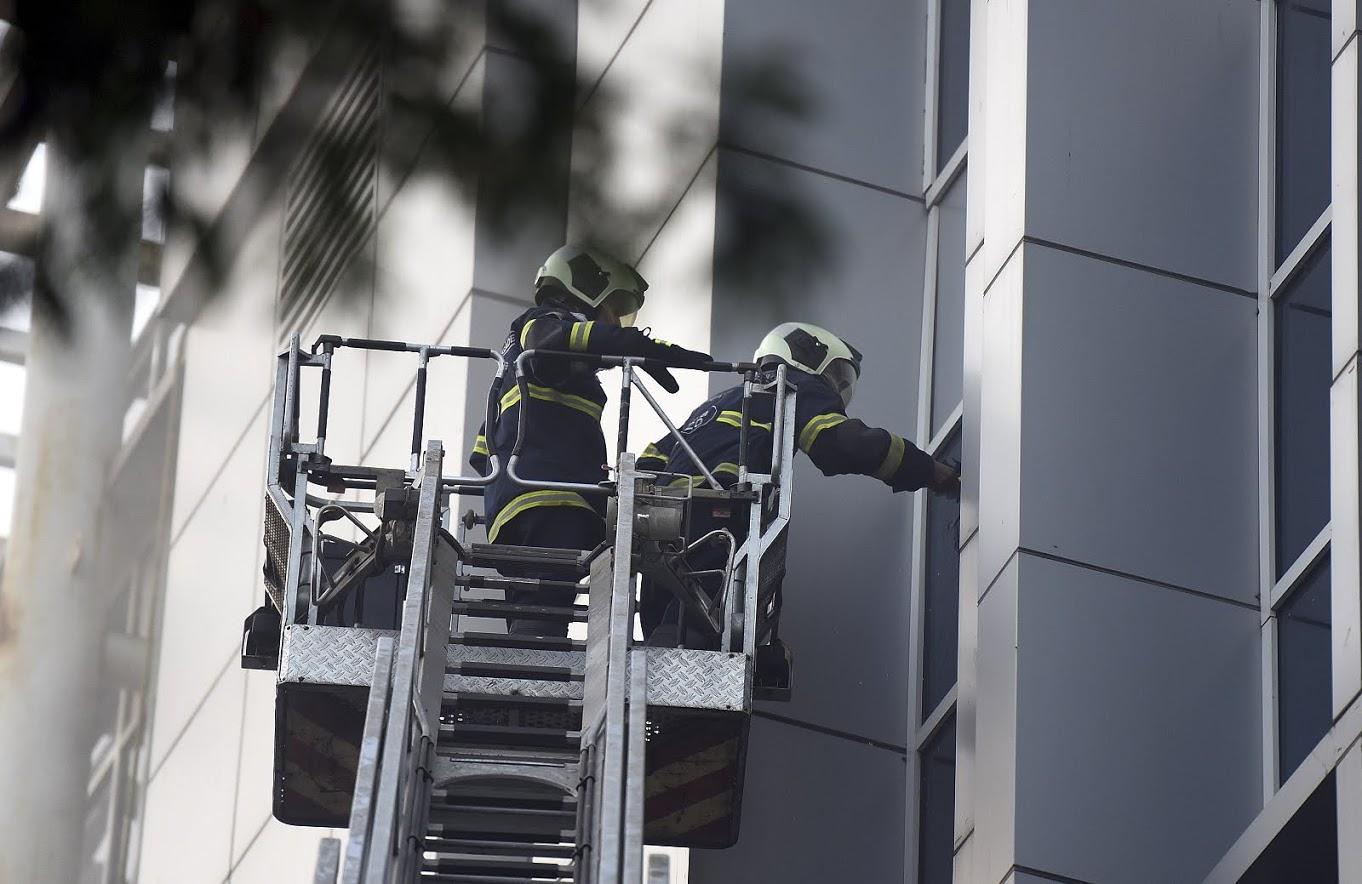 सिद्धूने एक शिडी घेतली आणि तो त्या शिडीवरून वर गेला. इमारती बाहेरच्या अनेक काचा फोडून त्याने धुर बाहेर काढण्यासाठी मदत केली. एवढच नाही तर तो खिडकी ओलांडून तो आतमध्ये गेला.