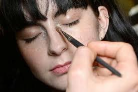 काकडी आणि लिंबाचा रस एकत्रित करून डोळ्याखाली 20 मिनिटांपर्यंत लावून ठेवावा. त्यामुळे डोळे अधिकच आकर्षक वाटतील.