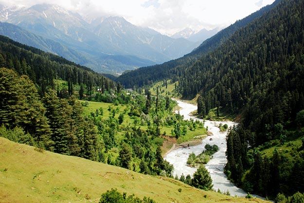 भारतातील हनीमून डेस्टिनेशमध्ये सर्वात वरच नाव आहे ते काश्मीर. काश्मीरला पृथ्वीवरचं नंदनवन म्हटलं जातं. इथल्या निसर्ग सौंदर्याचं जेवढं कौतुक करु तेवढं कमीच आहे. डिसेंबर महिन्यात काश्मीरवर बर्फाची चादर पांघरलेली असते. सुंदर झाडं, फुलं यांच्या सानिध्यात दिवस कसे संपतात तेच कळत नाही.