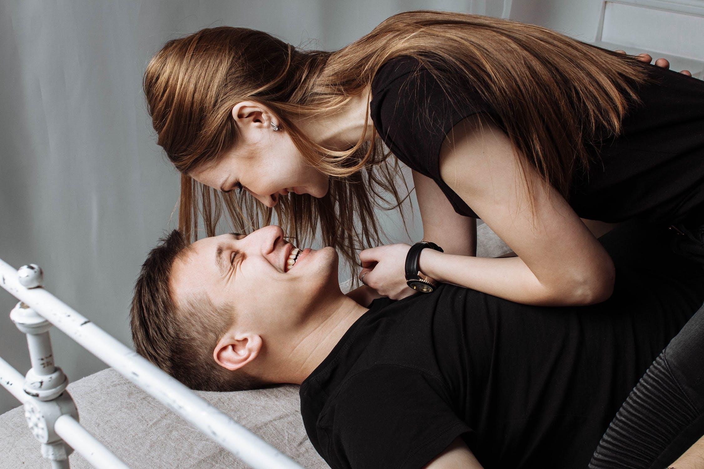भारतीय पुरुष अशा मुलींना डेट करायला घाबरतात ज्या फार मॉडर्न किंवा फार टिपीकल असतात.