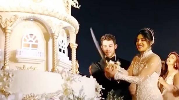 लग्नात बनला होता 18 फुट उंचीचा केक. निकच्या खाजगी शेफनी हा केक बनवला होता. हे शेफ कुवैत आणि दुबईचे होते.