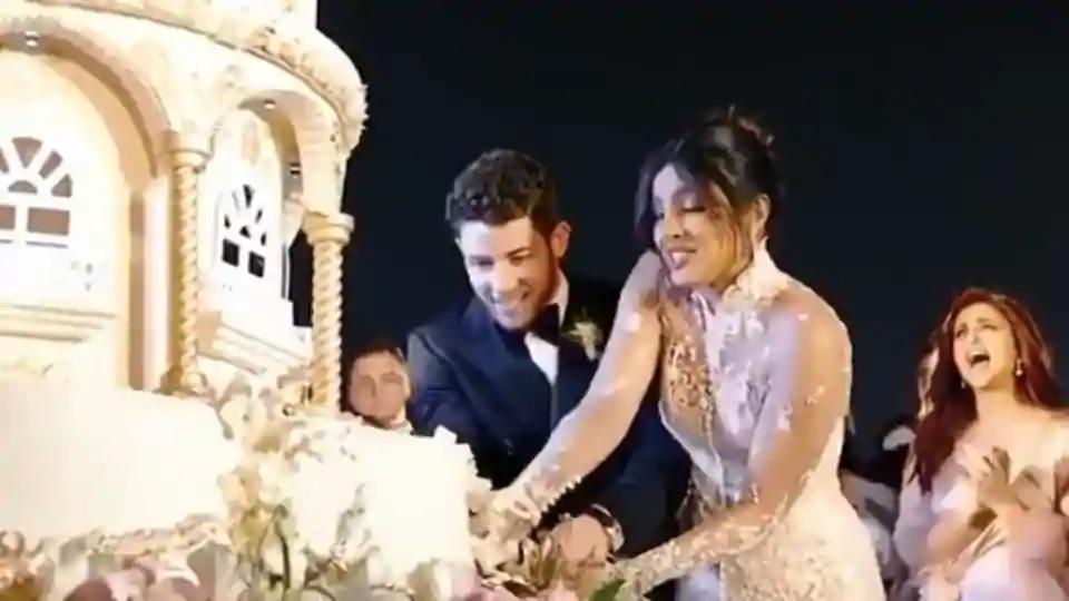हा केक कापायला साधी सुरी कशी पुरणार. प्रियांका-निकनं हातात मोठा सुरा घेतला होता. त्यानंच दोघांनी केक कापला.