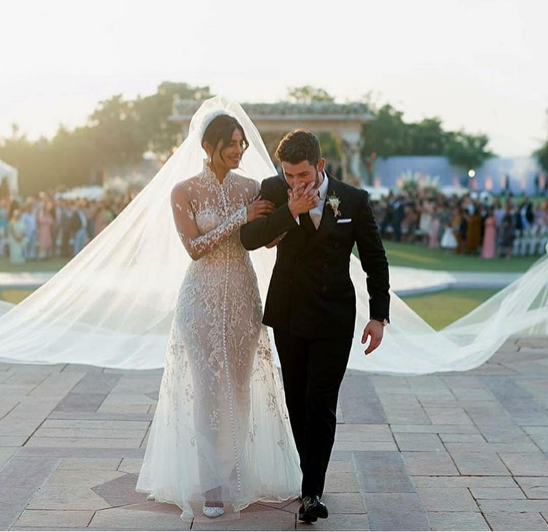 प्रियांका आणि निकनं ख्रिश्चन पद्धतीनंही लग्न केलंय. तो फोटोही प्रसिद्ध झालाय.प्रियांकानं पांढऱ्या रंगाचा ब्रायडल ड्रेस घातलाय, तर निक सुटमध्ये आहे.