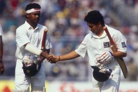 विनोद कांबळी- हे नाव लोकांना नवं नाही. विनोद आणि सचिनच्या जोडीने रमाकांत आचरेकरांना प्रसिद्धीच्या शिखरावर नेलं. या जोडगोळीमुळे त्यांची अनन्यसाधारण कामगिरी लोकांच्या समोर आली. विनोदने भारताचे लेफ्ट हँडेड बॅट्समन म्हणून प्रतिनिधित्व केले. त्याने भारतासाठी १७ कसोटी सामने आणि १०४ एकदिवसीय सामने खेळले.