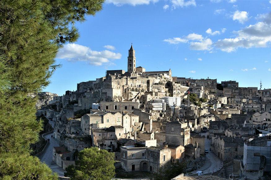 युरोपीय देशांमध्ये विशेषत: इटलीत लग्न करण्याकडे बॉलीवुड कलाकारांचा विशेष ओढा आहे. पर्यटकही फिरण्यासाठी युरोपला अधिक पसंती देतात. एकीकडे सुंदर शहरांसाठी प्रसिद्ध असलेल्या युरोपात एक शहर असेही आहे ज्याला 'सिटी ऑफ शेम' असं म्हटलं जातं. या शहराचं खरं नाव 'मटेरा' असं आहे. पण भुकबळी, रोगराई आणि इतर कारणांमुळं हे शहर बदनाम झालं आहे. या शहराचं रुप आता पुरतं पालटलं आहे. तसंच इथलं नागरिकत्वही तुम्हाला केवळ दीड हजार रुपयांमध्ये मिळतं.