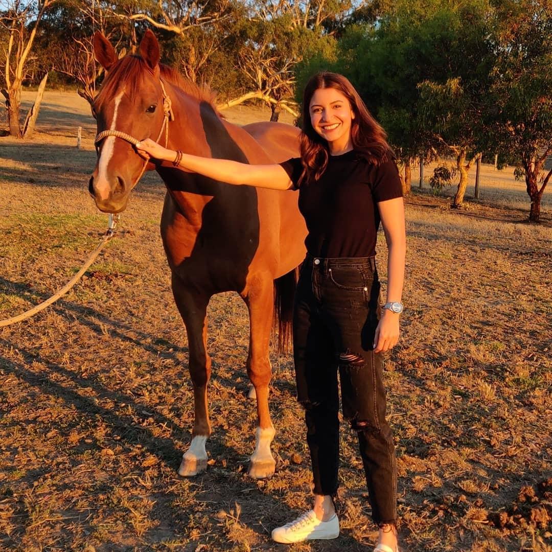 ऑस्ट्रेलियात घोडेस्वारीचा आनंद घेतल्यावर दोघांनी फोटो काढले आहेत.