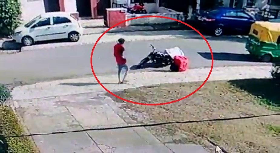 कुरिअर देण्यासाठी आलेल्या तरुणाची गाडीला अडकवलेली बॅग पळवल्याची घटना चंदिगढच्या सेक्टर 21 मध्ये घडली आहे.
