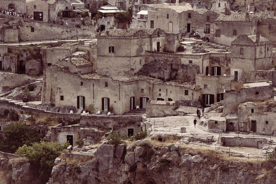 'सिटी ऑफ शेम' म्हणून ओळखल्या जाणाऱ्या या शहराला इटलीचा सांस्कृतिक राजधानी घोषित करण्यात आलं आहे. इथल्या प्राचीन गुहांमध्ये हॉटेल्स सुरु करण्यात आली आहेत. स्थानिकांना रोजगाराच्या नवीन संधी उपलब्ध झाल्या आहेत. या शहरात प्रदुषण होऊ नये यासाठी इथं गाडीने नाही तर पायी चालत फिरावं लागतं.