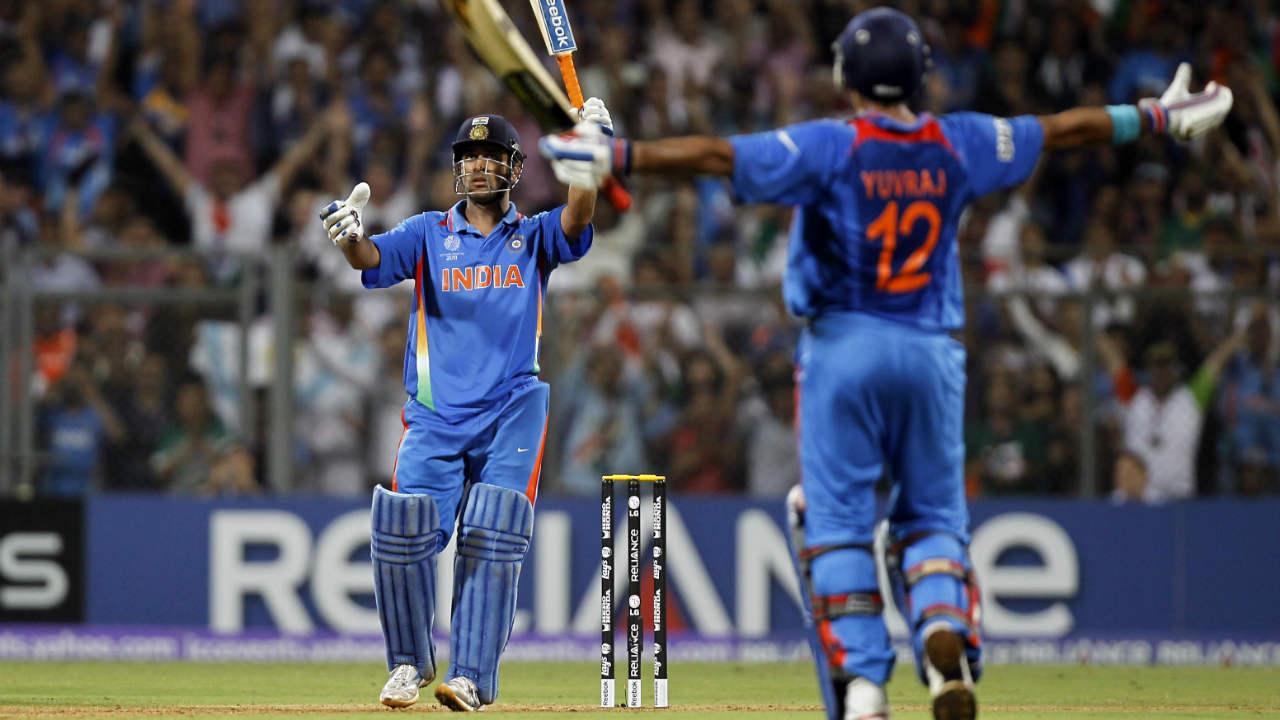 1983 ला आयसीसी वर्ल्डकप जिंकल्यानंतर भारत पुन्हा एकदा विश्वविजेता होण्यासाठी 2011 ला सज्ज झाला होता. तेव्हाही धोनीनेच बेस्ट फिनिशरची भूमिका बजावली होती. श्रीलंकेविरुद्ध त्याने 91 धावांची खेळी केली होती. या सामन्यातही त्य़ाने षटकार खेचत विश्वचषकावर भारताचं नाव कोरलं होतं. पुढे वाचा...धोनीचा 'हा' विक्रम वाचून तुम्हीही म्हणाल, 'धोनी जैसा कोई नही