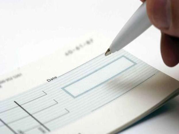 बँकेत न जाता किंवा कोणतीही पावती न भरता चेकबुकसाठी अर्ज करू शकता. एटीएमद्वारे तुम्ही चेकबुकसाठी अर्ज केल्यास तुम्ही नमुद केलेल्या पत्त्यावर चेकबुक दिलं जाईल. यासाठी बँकेत दिलेला तुमचा पत्ता अचूक असावा.