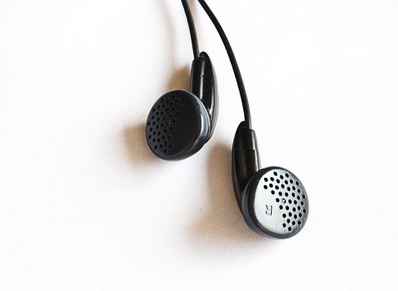 खूप वेळ कानात ईअरफोनवर गाणी ऐकल्यानंतर कान सुन्न होतात. असा अनुभव तुम्हाला आलाच असेल. कानात खूप वेळ ईअरफोन घातल्यामुळे कानात हवेचा प्रवाह होत नाही. सतत असं होण्यामुळे कानातली श्रवण क्षमता संपते.