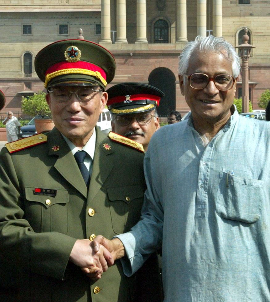 चीनचे संरक्षणमंत्री General Cao Gangchuan यांचं भारतात स्वागत करताना तत्कालीन भारतीय संरक्षण मंत्री या नात्याने जॉर्ज फर्नांडिस