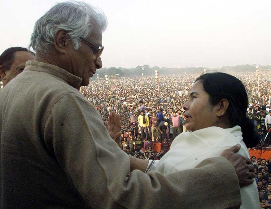 राष्ट्रीय लोकशाही आघाडीचे NDA चे ते निमंत्रक होते. बंगालमध्ये तत्कालीन डाव्या सरकारच्या विरोधातल्या रॅलीत ममता बॅनर्जींशी हातमिळवणी करताना....