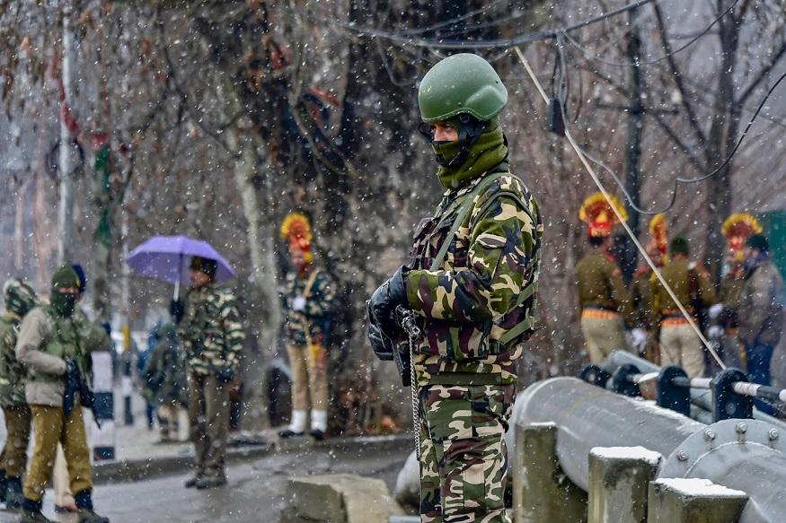 जम्मू आणि काश्मीरमध्ये सध्या जोरदार हिमवर्षाव सुरू आहे. हाडं गोठवणारी थंडी आहे. पण या थंडीतही सुरक्षा दलं आणि पोलीस प्रजासत्ताक दिनाची जोरदार तयारी करत आहेत.