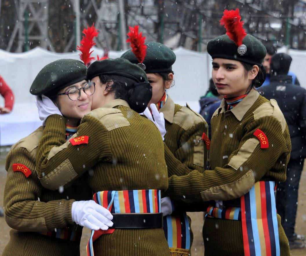 श्रीनगर आणि परिसरात सध्या शुन्याच्या आसपास तापमान आहे. मात्र प्रजासत्ताक दिनाच्या तयारीसाठी सुरक्षा दलाचे जवान या थंडीतही सज्ज आहेत.