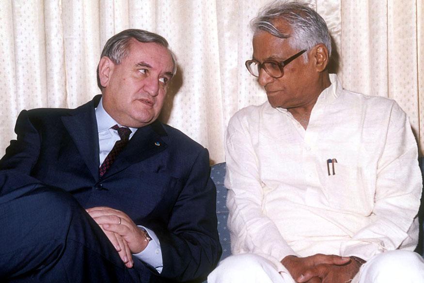 फ्रान्सचे तत्कालीन पंतप्रधान जीन पिअरे रॅफ्रीन यांच्या समवेत चर्चा करताना जॉर्ज फर्नांडिस. एरो इंडिया शो बेंगळुरूमध्ये झाला होता. त्या वेळचा हा फोटो.