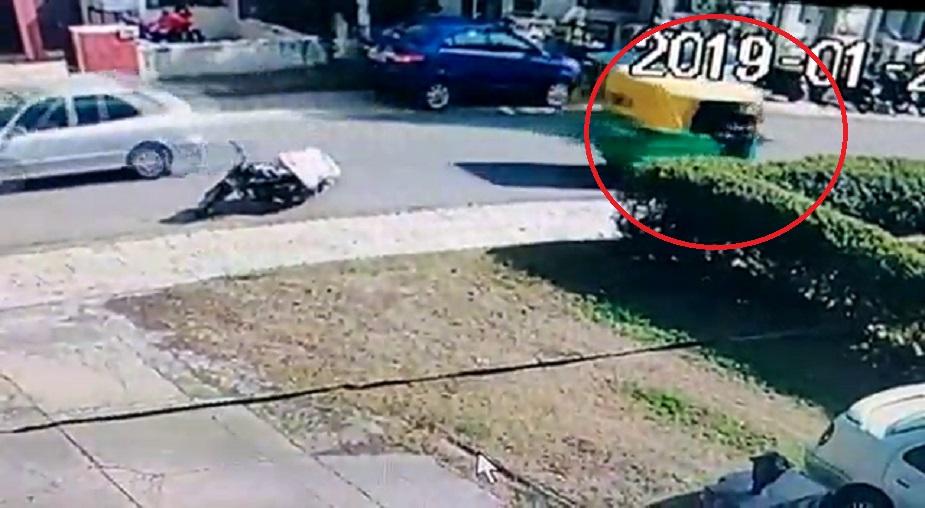 कुरिअर बॉय पार्सल देण्यासाठी आला तेव्हा रिक्षावाला त्याच्यावर नजर ठेवून होता. पार्सल देण्यासाठी जाताच गाडीजवळ  ठेवलेली बॅग घेऊन रिक्षावाला पळून हे गेला.