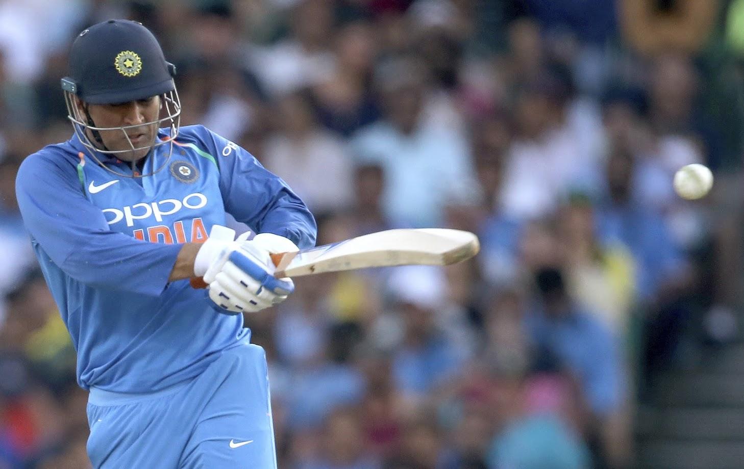 सिडनी येथील पहिल्या एकदिवसीय सामन्यात टीम इंडियाने ४ धावांवर आपले ३ गडी गमावले. त्यामुळे धोनीला चौथ्या षटकातच मैदानात उतरावं लागलं. गेल्या नऊ वर्षात धोनीला पहिल्यांदा चौथ्या षटकात फलंदाजीसाठी उतरावं लागलं आहे.