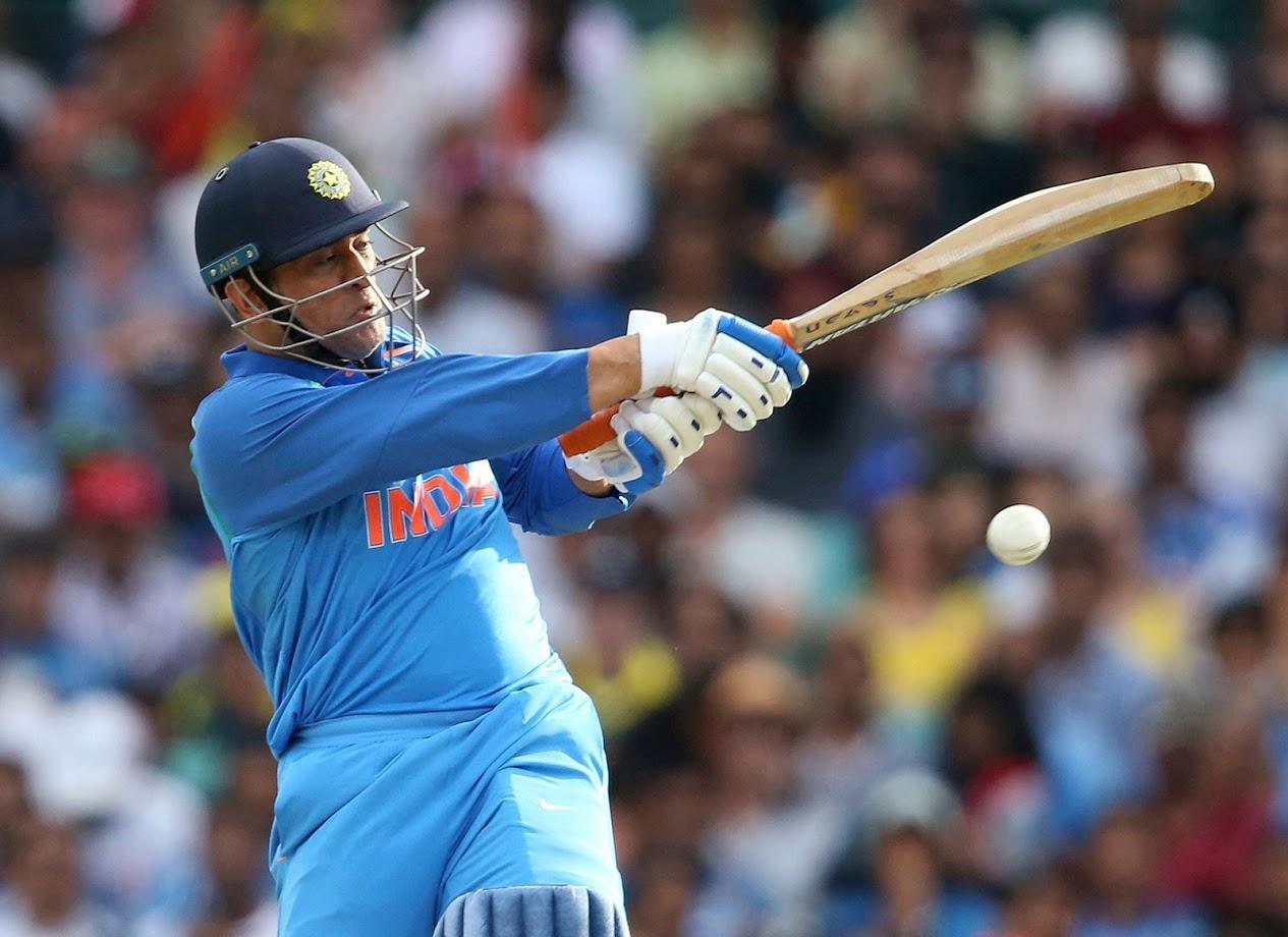 चौथ्या विकेटसाठी रोहितच्या साथीला धोनी आला. रोहित आणि धोनीमध्ये चौथ्या विकेटसाठी १३७ धावांची भागीदारी झाली. मात्र ऑस्ट्रेलियाचा गोलंदाज जेसन बेहरेनडॉर्फने धोनीला पायचीत केले.