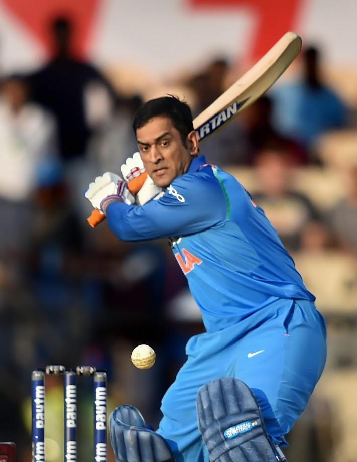 ऑस्ट्रेलियाविरुद्ध सिडनी एकदिवसीय मालिकेत भारताचा माजी कर्णधार एमएस धोनीने एकदिवसीय सामन्यांमध्ये आपल्या १० हजार धावा पूर्ण केल्या.