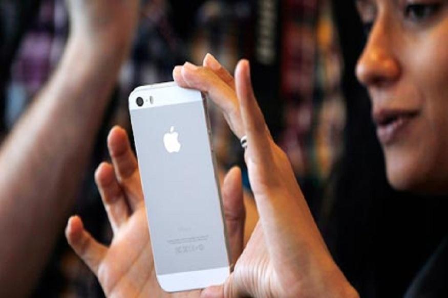 iPhone वापरणाऱ्यांनो व्हा सावधान, कॉल न उचलता ऐकायला जातंय तुमचं बोलणं