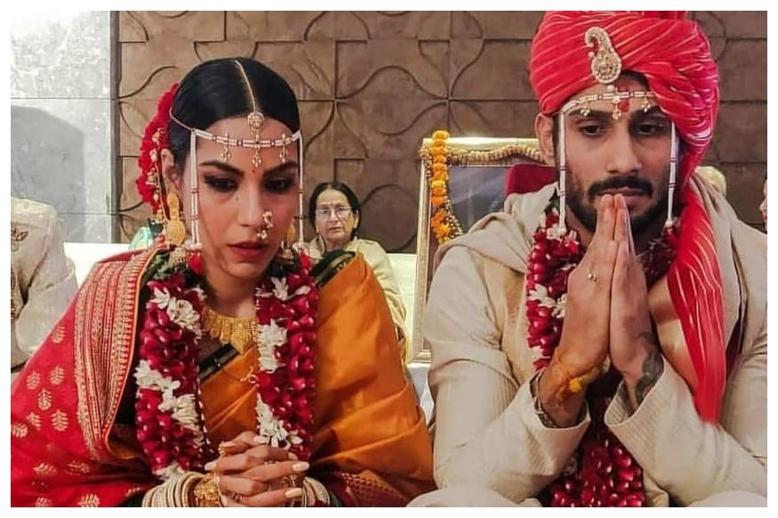 स्मिता पाटील आणि राज बब्बर यांचा मुलगा प्रतीक बब्बरने प्रेयसी सान्या सागरसोबत मराठमोळ्या पद्धतीत लघनऊमध्ये लग्न केलं.