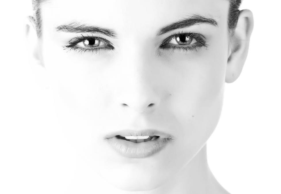 चेहऱ्यावर सुरुवातीला बारीक पुरळ येते. अगदी सुरुवातीच्या महिन्यात किंवा शेवटच्या महिन्यात नाकावर, गालावर पुरळ दिसते.