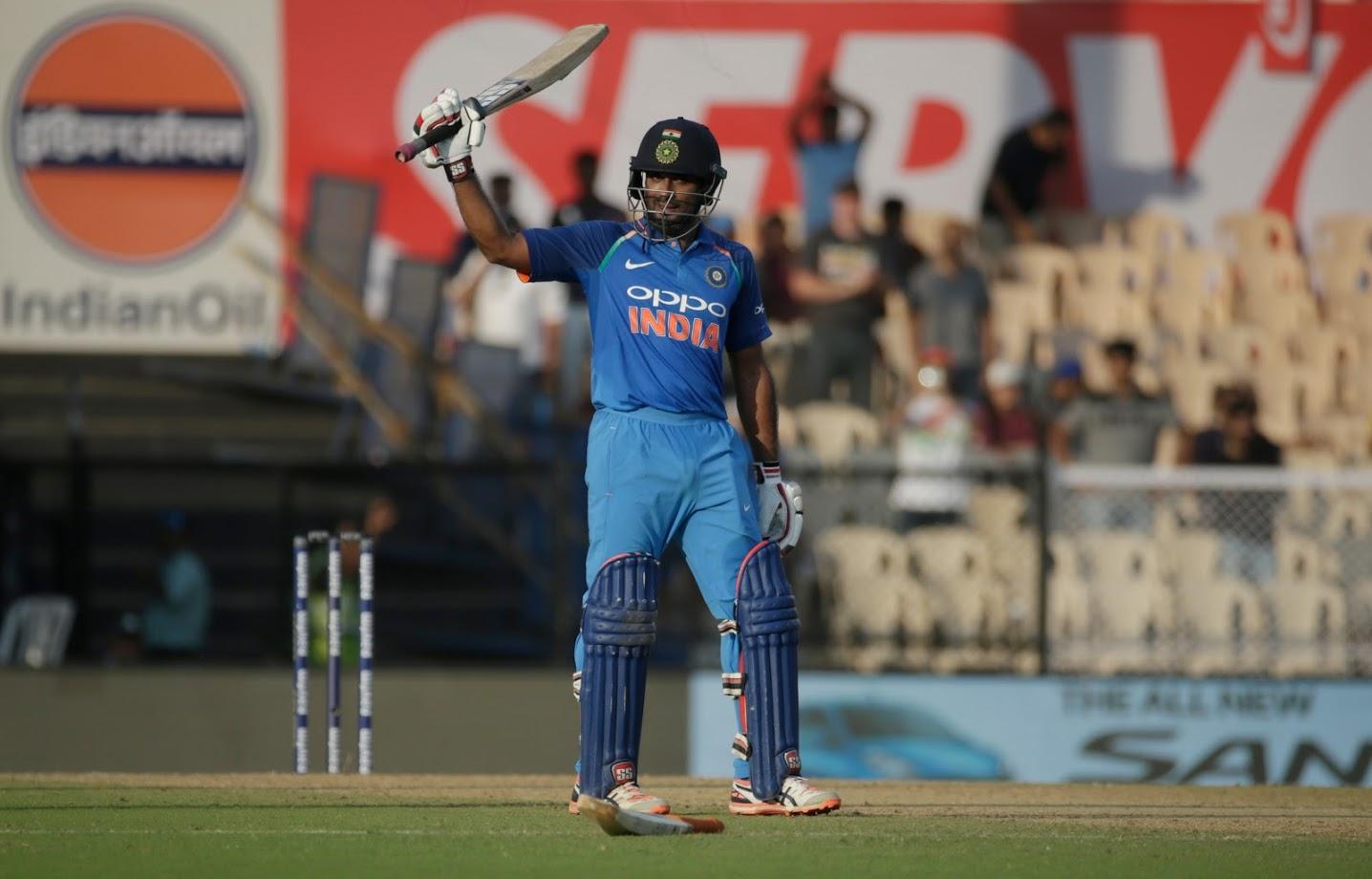 भारताने पहिल्या चार षटकांत ४ धावा काढत ३ विकेट गमावल्या. शिखरला जेसन बेहरेनडॉर्फने पायचीत करत तंबूचा रस्ता दाखवला. शिखर शुन्यावर बाद झाला.