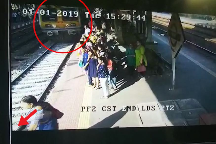 लोकल जवळ येताच प्लॅटफॉर्मवर असलेला लोकांना मोटरमनला आवाज देत ट्रेन थांबवायला लावली.