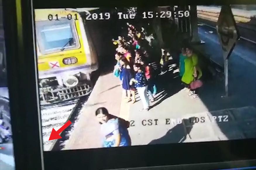 आत्महत्या करण्यासाठी आई आपल्या लहानगीला घेऊन विक्रोळी स्थानकावर पोहोचली.