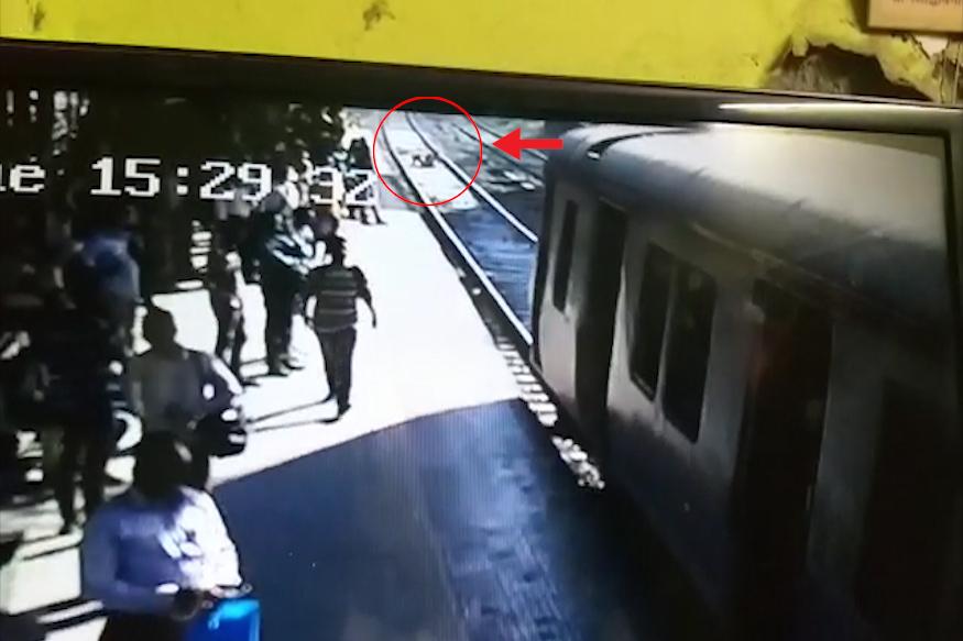 त्यानंतर आई मुलीला घेऊन चक्क रेल्वे रूळावर उतरली.