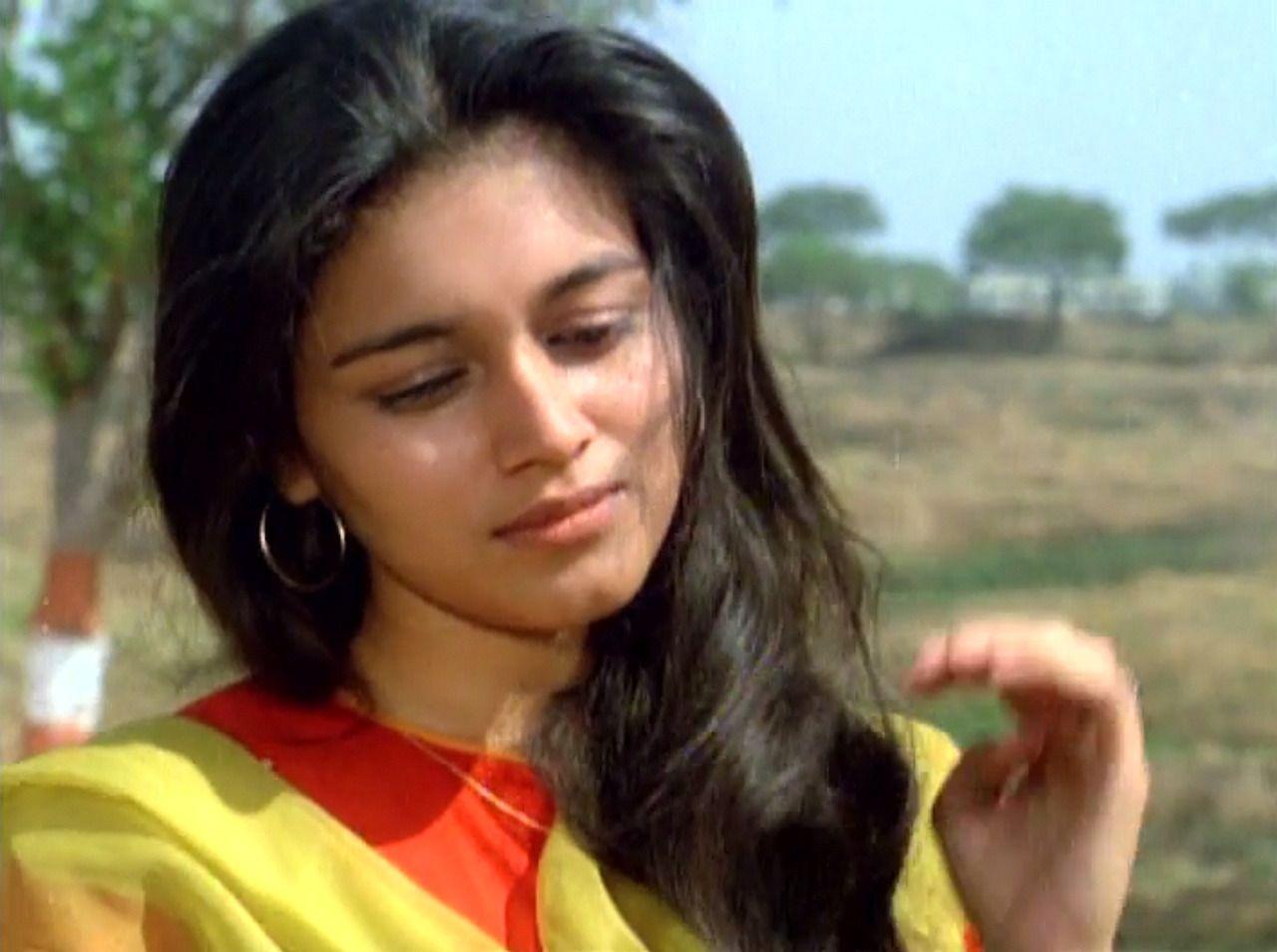 १९८६ च्या काही वर्ष आधी जेव्हा सुप्रिया त्यांची पीएचडी पूर्ण करुन मुंबईतून अहमदाबादला राहायला गेल्या होत्या, तेव्हा त्यांची ओळख आई दिना पाठक यांच्या मित्राच्या मुलाशी झाली. दोघांमध्ये प्रेम झालं आणि दोघांनी लग्न केलं. तेव्हा त्यांचं वय फक्त २२ वर्ष होतं. लग्नाच्या एका आठवड्यानंतरच सुप्रिया यांच्या आयुष्यात वादळ यायला सुरुवात झाली.