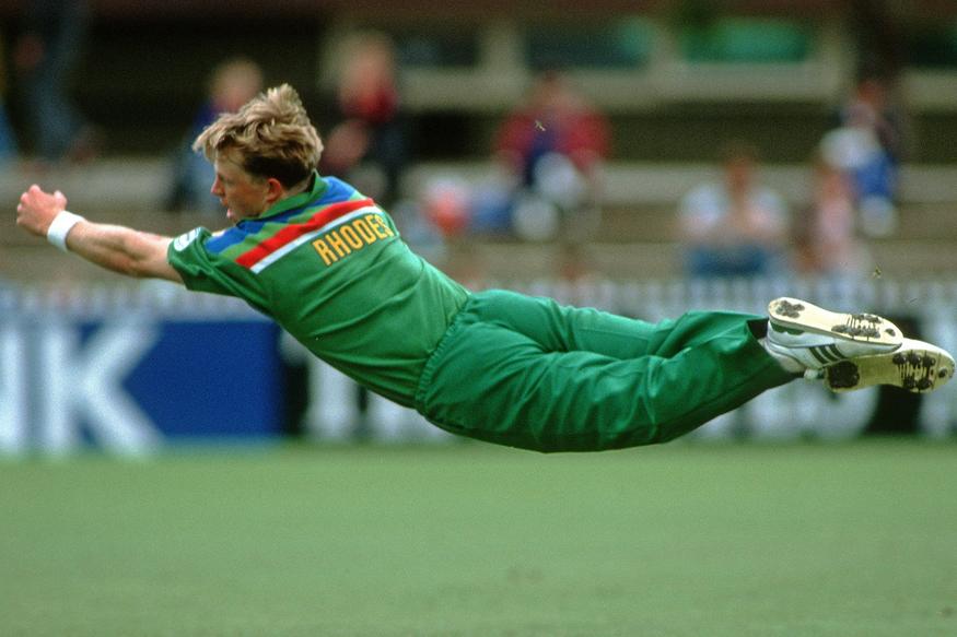 1992 च्या वर्ल्डकपमध्ये जाँटी रोड्स यांनी हवेत उंच उडी मारत घेतलेला झेल आजही क्रिकेट रसिकांच्या स्मरणात आहे. आता त्यांनी टॉप 5 क्षेत्ररक्षक निवडले आहेत. याबाबतचा व्हिडीओ आयसीसीने शेअर केला आहे.