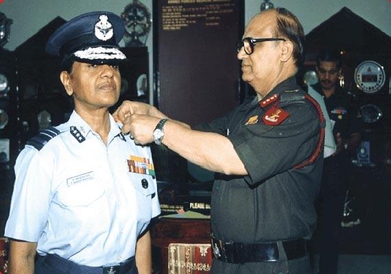 भारताच्या हवाई दलात मेडिकल सर्व्हिसच्या डायरेक्टर जनरल म्हणून रूजू झालेल्या पद्मावती बंडोपाध्याय या पहिल्या महिला मार्शल होत्या.