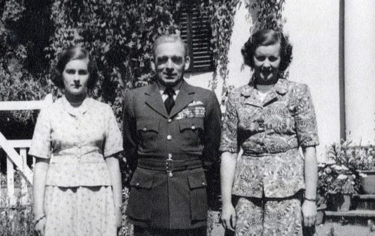 भारतीय हवाई दलाला लष्करापासून स्वतंत्र करणारे थॉमस वॉकर एमहिस्ट हे पहिले कमांडर इन चीफ एअर मार्शल होते.