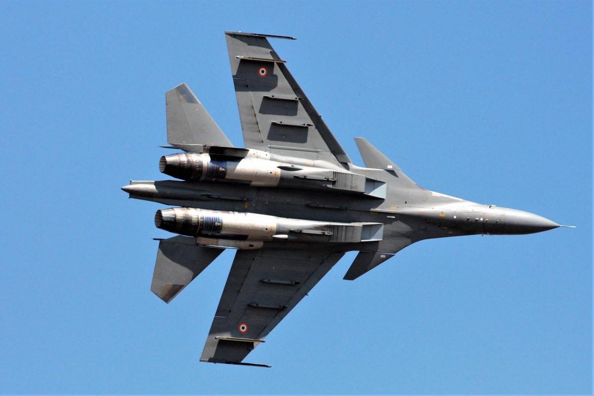 जगातील हवाई दलांमध्ये भारतीय हवाई दल सुसज्ज आणि आधुनिक शस्त्रांसह कोणत्याही हल्ल्याला प्रत्युत्तर देऊ शकतं. लष्करी ताकदीच्या बाबतीत बोलायचं झालं तर भारत जागतिक शक्ती बनण्याच्या मार्गावर आहे. जगात भारताच्या हवाई दलाचा चौथा क्रमांक लागतो.