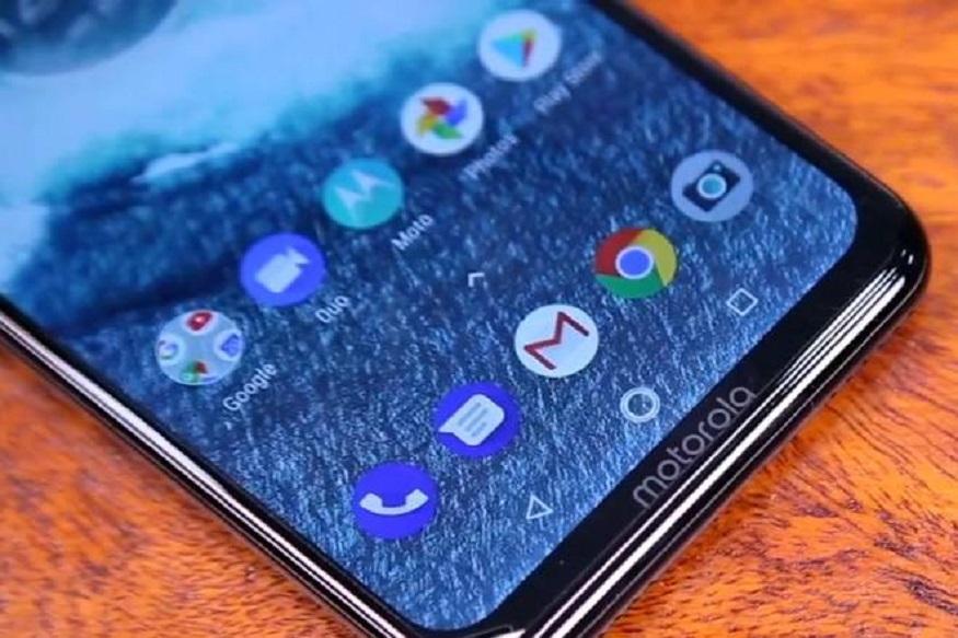 5000 mAh पॉवरची बॅटरी असलेला हा फोन एकदा चार्जिंग केला की 60 तासापर्यंत चालतो. 14 हजार रुपये किंमत असलेला मोटोरोलाचा हा फोन भारतात लॉन्च करण्यात आला आहे.