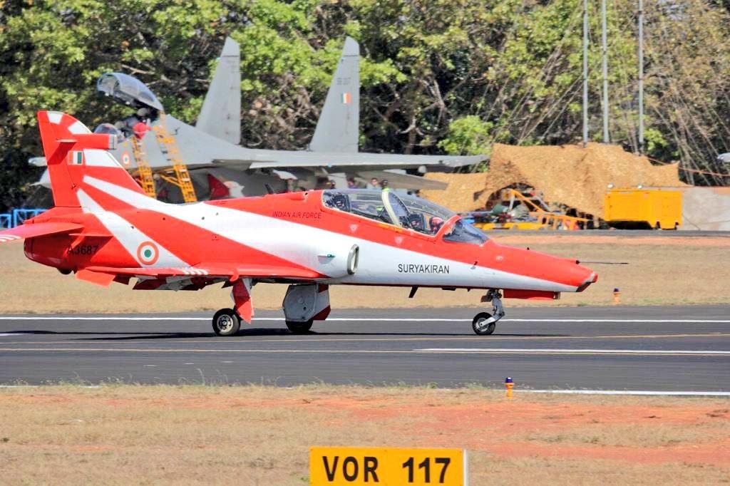 देशात भारतीय हवाई दलाची सात कमांडमध्ये विभागणी करण्याती आली आहे. त्यात 60 एअरबेस भारतभर आहेत.