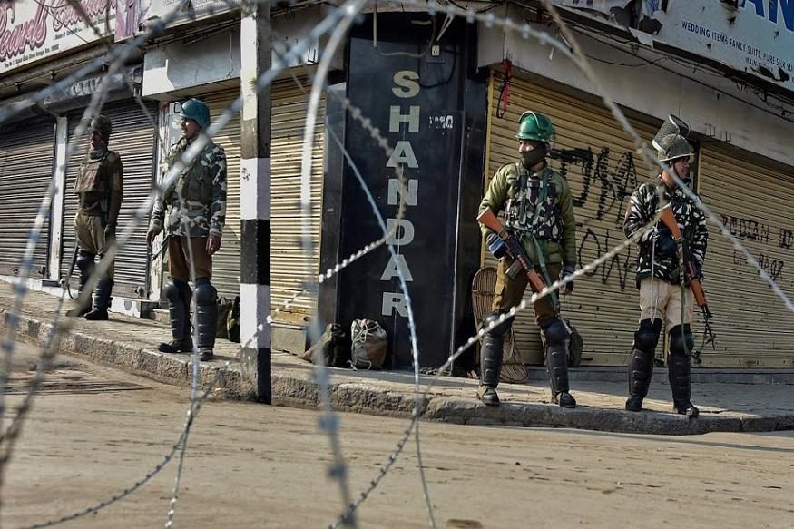 भारताच्या हवाई हल्ल्यानंतर पाकिस्तानी सैन्याने जम्मू काश्मीरमधील अखनूर केरी भागात गोळीबार केला. नियंत्रण रेषेजवळ तैनात असलेले 5 भारतीय जवान जखमी झाल्याचे समजते.